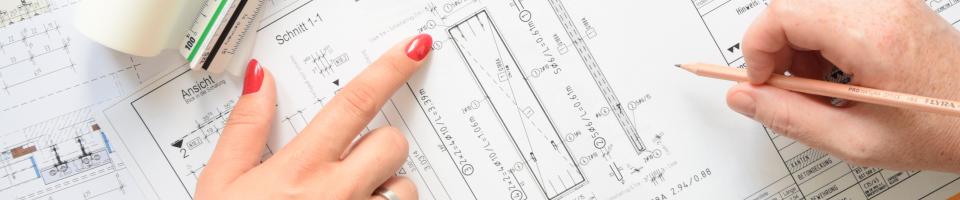 Auszubildende zeigt Bauzeichner ihren Planentwurf